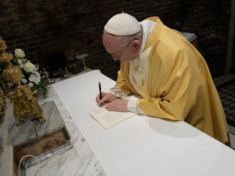 Papa assinou novo documento dedicado aos jovens